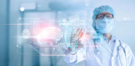 Lekarz, chirurg analizujący wynik badania mózgu pacjenta i anatomię człowieka, DNA na technologicznym cyfrowym futurystycznym wirtualnym interfejsie, cyfrowym holograficznym, innowacyjnym w koncepcji medycyny, nauki i medycyny.