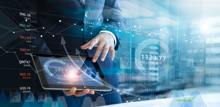 Empresario con tableta analizando datos de ventas y gráfico de crecimiento económico. Estrategia de negocios. Icono abstracto. Bolsa de Valores. Publicidad digital. Foto de archivo