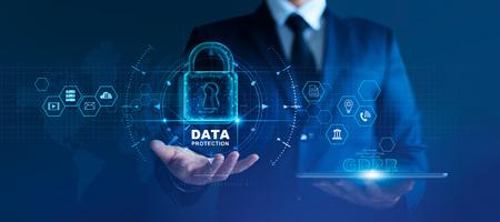 Datenschutzkonzept. DSGVO. EU. Cyber-Sicherheitsnetzwerk. Geschäftsmann, der personenbezogene Daten auf Tablet und virtueller Schnittstelle schützt. Vorhängeschloss-Symbol und Internet-Technologie-Netzwerkverbindung auf digital Standard-Bild