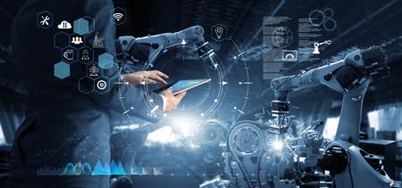 관리자 기술 산업 엔지니어는 태블릿에서 모니터링 시스템 소프트웨어 및 아이콘 산업 네트워크 연결을 사용하여 로봇을 작업하고 제어합니다. AI, 인공지능, 자동화 로봇팔 스톡 콘텐츠