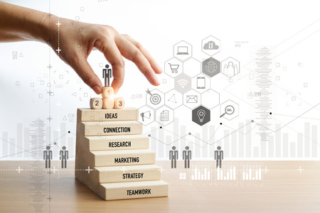 Hand berührender Ikonengeschäftsmann für Erfolg, Führung, soziales Netzwerk und digitales Marketing, Personalwesen und Management, Personalbeschaffung, Headhunting, Marketingstrategie-Geschäftskonzept.