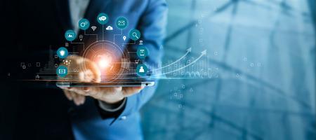 Homme d'affaires utilisant une tablette analysant les données de vente et le graphique de croissance économique, la technologie et la connexion au réseau mondial du client icône. Stratégie d'entreprise. Innovant. Le marketing numérique. Banque d'images