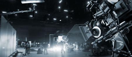 Detrás de escena de la realización de comerciales de televisión y películas. Equipo de filmación .B-roll. Cámara de producción de películas y videos y equipo de producción en estudio y plató. En blanco y negro. Foto de archivo