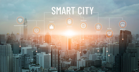 Ville intelligente avec services et icônes intelligents, connexion réseau et réalité augmentée, internet des objets, communication, arrière-plan coucher de soleil.