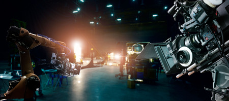 Robotyka automatyczna uzbrojona maszyna do robienia reklam filmowych i telewizyjnych w studiu. Kamera filmowa. Innowacje i technologie przemysłu filmowego wraz z oprogramowaniem systemu monitoringu. Zespół ekipy filmowej w komplecie. Zdjęcie Seryjne