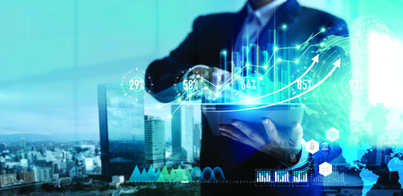 Publicidad digital. Estrategia de negocios. Empresario con tableta analizando datos de ventas y gráfico de crecimiento económico en pantalla de holograma. Estrategia empresarial y datos digitales.