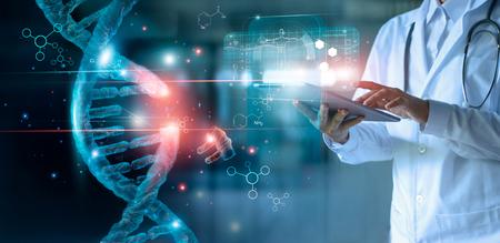 Abstracte lichtgevende Dna-molecuul. Dokter met behulp van tablet en controleer met analyse chromosoom DNA genetisch van mens op virtuele interface. Geneesmiddel. Medische wetenschap en biotechnologie.