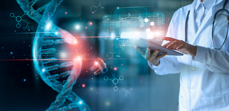 Molécule d'ADN lumineuse abstraite. Médecin utilisant une tablette et vérifiez avec analyse l'ADN chromosomique génétique de l'homme sur l'interface virtuelle. Médicament. Sciences médicales et biotechnologies.