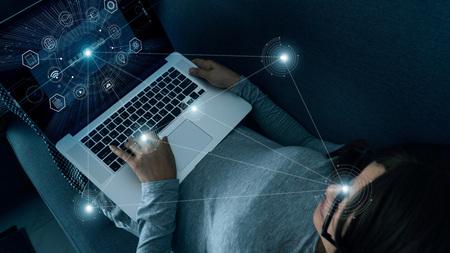 E-Learning avec une femme abstraite utilisant un ordinateur portable à la maison sur une interface numérique. Éducation en ligne, innovation, informations sur les icônes et les médias sur la connexion réseau, technologie futuriste.