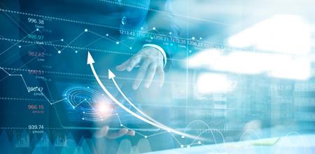 Homme d'affaires utilisant une tablette analysant les données de vente et le graphique de croissance économique. Stratégie d'entreprise. Icône abstraite. Bourse. Le marketing numérique.