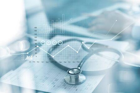 Gezondheidszorg bedrijfsgrafiek en medisch onderzoek en zakenman die gegevens en groeigrafiek analyseert op wazig