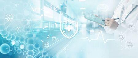 Medizindoktor schreibt elektronische Krankenakte auf Tablet.