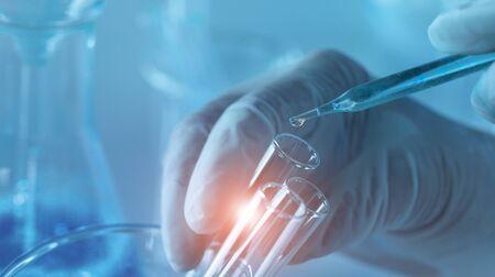 Investigación genética y concepto de ciencia biotecnológica. Biología humana y tecnología farmacéutica en laboratorio.