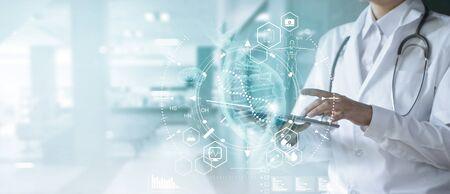Medizindoktor, der elektronische Krankenakte auf Tablette berührt. Standard-Bild