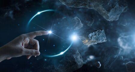 Scienza astratta, scienza che tocca la mano e connessione di rete sullo sfondo dello spazio del pianeta Archivio Fotografico