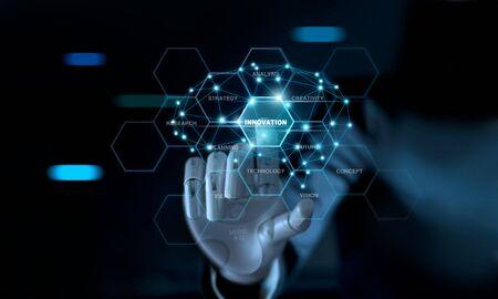 Abstrakter futuristischer, mechanischer Roboterarm des Geschäftsmannes, der Wortinnovation und Gehirn auf virtueller Bildschirmschnittstelle berührt. AI, futuristisches Technologiekonzept. Standard-Bild