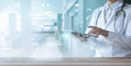 Sanità e tecnologia, medico che utilizza tablet digitale con rete medica di icone su sfondo ospedaliero Archivio Fotografico