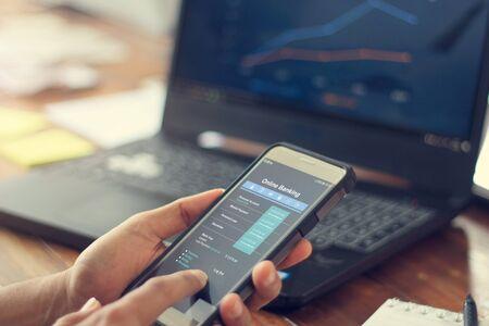 Empresario con teléfono inteligente móvil con conexión de red de banca de información de datos en pantalla, banca móvil y pago en línea. Todo en la pantalla está diseñado.