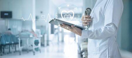 Medico cardiologo con stetoscopio che analizza i dati del paziente su tablet con connessione di rete a icone sulla moderna interfaccia di rete dello schermo virtuale, assistenza sanitaria, tecnologia medica e concetto di paziente.