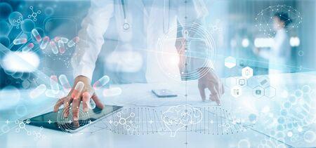 Médico de medicina análisis de registro médico electrónico en la pantalla de la interfaz. ADN. Conexión de red y atención médica digital en pantalla virtual moderna de holograma, tecnología médica innovadora y concepto de red. Foto de archivo