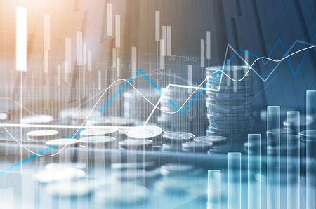 Gráfico de la bolsa financiera y filas de crecimiento de monedas, resumen y símbolo del concepto de finanzas, inversión empresarial y cambio de moneda, sobre fondo azul.