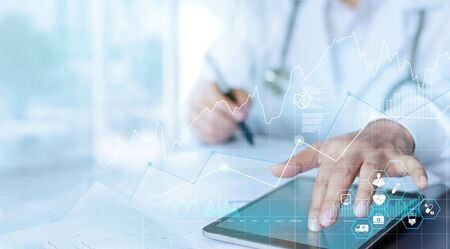 Dati e crescita del grafico aziendale sanitario, visita medica e medico che analizza la connessione di rete del referto medico sullo schermo del tablet.