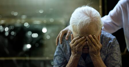 The daughter is comforting an elderly woman who is a mother sadness with Alzheimer's disease and amnesia 版權商用圖片