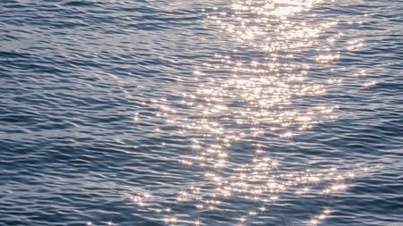 Weerspiegeling van zonlicht op overzees voor achtergrond Stockfoto