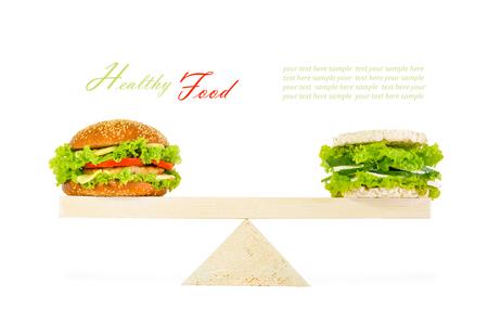 comida chatarra: hamburguesa clásica y una hamburguesa saludable con pan crujiente de cereales integrales, verduras, hierbas y queso en escamas. Aislado en el fondo blanco
