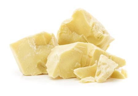 morceaux de beurre de cacao, gros plan isolé sur fond blanc