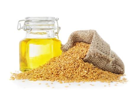 productos naturales: semillas de lino y aceite de linaza dorada cerca aisladas sobre fondo blanco Foto de archivo