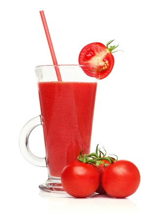 Frische hausgemachte natürliche Tomatensaft isoliert auf weißem Hintergrund