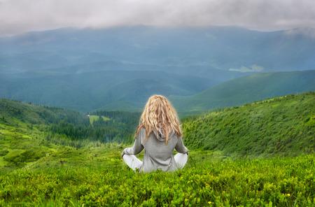 カルパティア山脈で瞑想若い金髪白人女性 写真素材