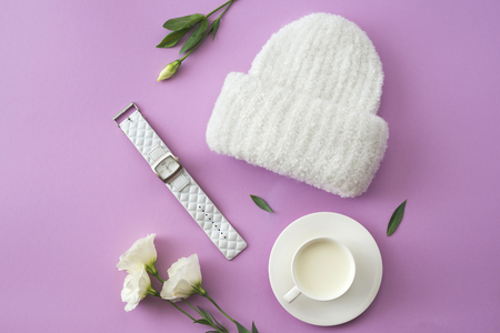 Knitted white hat Imagens - 108721471