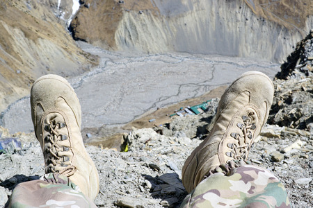 belaying: Shoes on the edge of the abyss