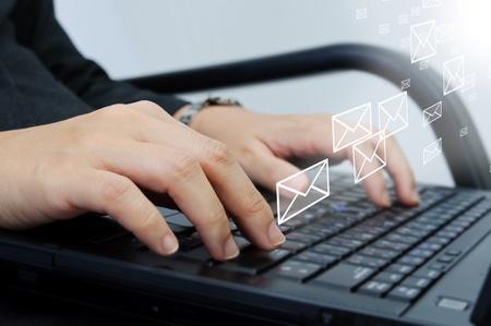 Hand Tippen auf Laptop-Computer-Tastatur