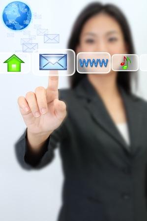 virtualizacion: Mano de la mujer de negocios presionando el icono de correo electr�nico