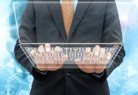 Geschäftsmann Eingabe die Tastatur auf glasss Computer