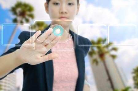 virtualizacion: Empresaria tocar el bot�n virtual cloud Foto de archivo