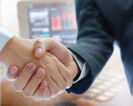 pacto: la gente de negocios dándose la mano en la acción backgroung