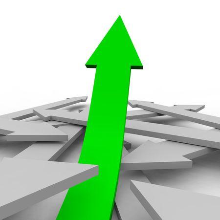 fleche verte: Une fl�che verte monte d'un groupe de fl�ches grises, symbolisant croissance unique Banque d'images