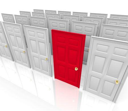 Veel deuren staan voor u ... kiest u de rode? Stockfoto