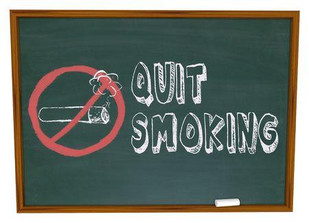 prohibido fumar: Dejar de fumar de las palabras escritas en un pizarrón con el símbolo de no más de un cigarrillo