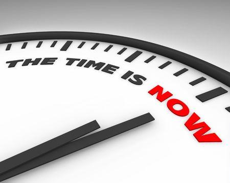 chronologie: Blanc horloge avec les mots, le temps est maintenant � sa face m�me