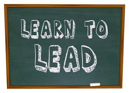 leiderschap: De woorden Learn to Lead geschreven op een schoolbord
