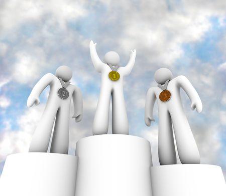 Drie winnaars staan tegen een bewolkte blauwe hemel met hun 1e, 2e en 3e plaats medailles