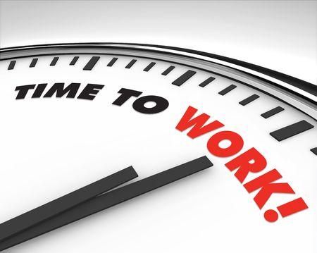 work together: Witte klok met woorden tijd om werk op haar gezicht