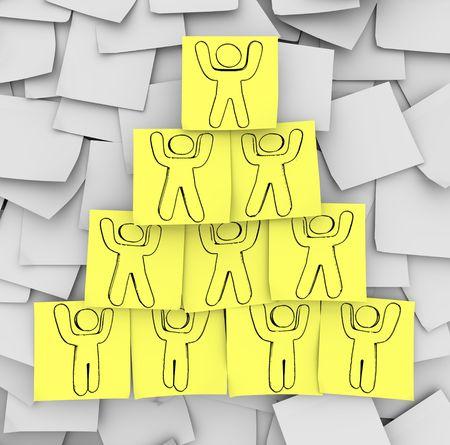piramide humana: Un diagrama de las personas que cooperaron en una pir�mide de trabajo en equipo Foto de archivo