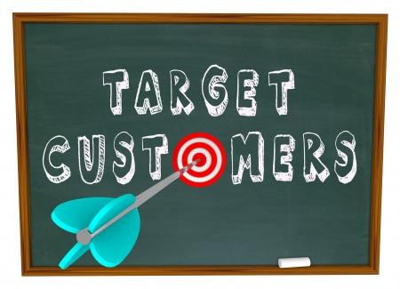 communication �crite: Les mots de clients cibles �crit sur un tableau noir