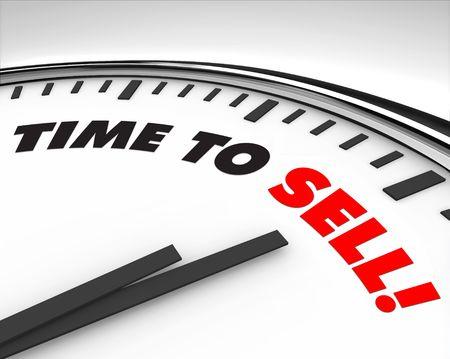 Witte klok met woorden tijd om te verkopen op zijn gezicht Stockfoto